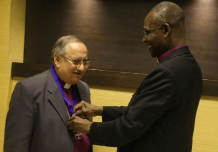 Archbishop Josiah Oduwu-Fearon presenting the award to Bishop Mouneer