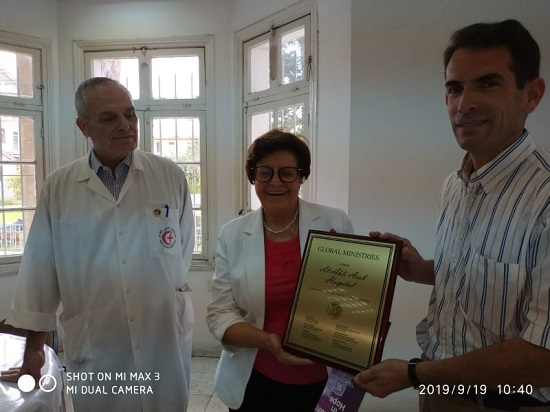 Al Ahli Hospital Director receiving Global Affirmation Award from Canon Peter Makari